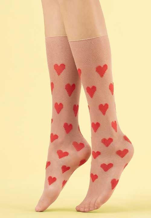 LOVE ME beżowe podkolanówki w czerwone serca 8 den