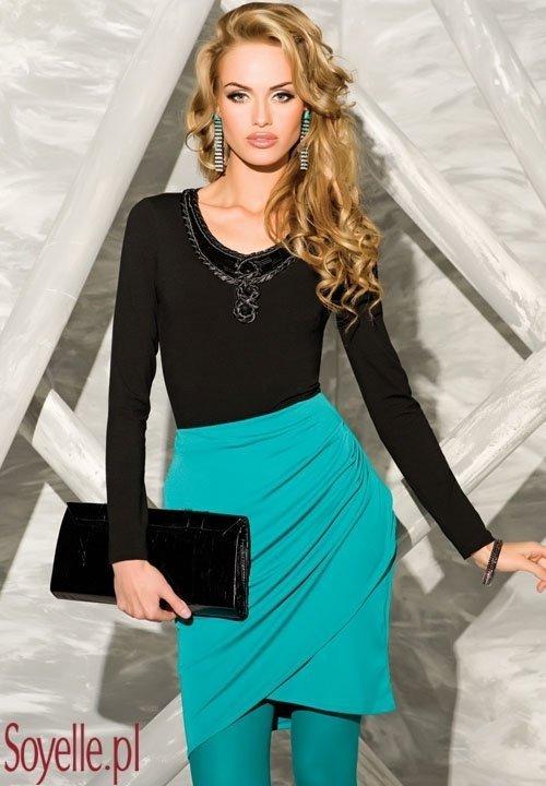 DALLAS czarna bluzeczka z biżuteryjną aplikacją