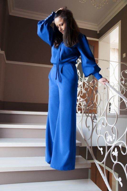 elegancki kombinezon z fantazyjnymi rękawami, szerokimi nogawkami oraz wiązaniem przy dekolcie