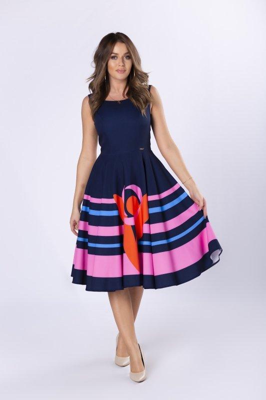 koktajlowa sukienka z rozkloszowanym dołem w paski