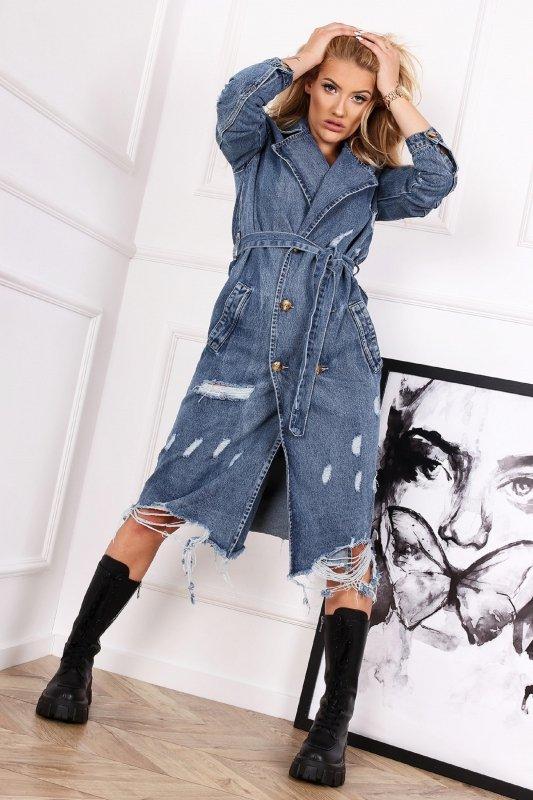 jeansowy płaszcz z przetarciami i wiązaniem w pasie