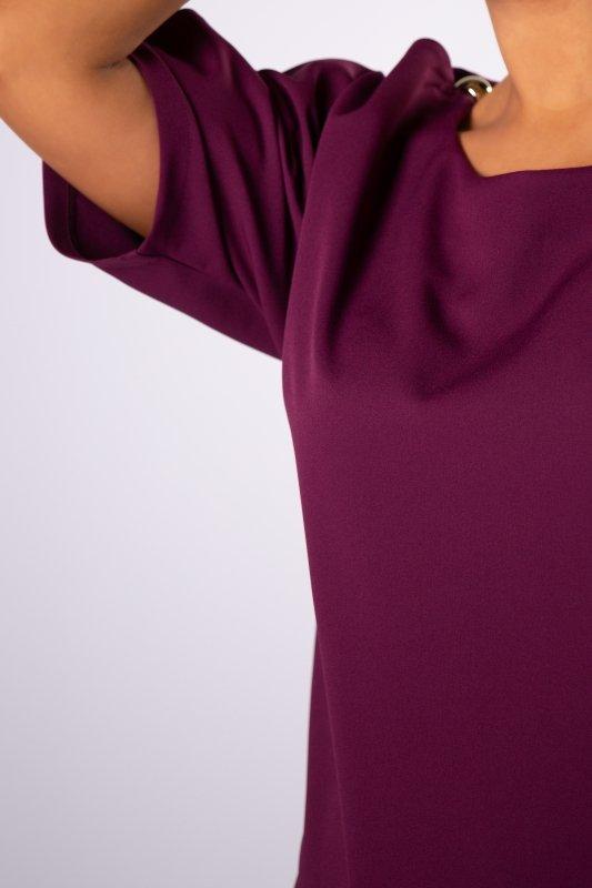 taliowana sukienka z rozcięciami i błyszczącymi apikacjami na rękawach
