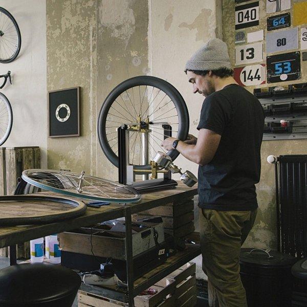 Wyważarka do centrowania kół motocyklowych rowerowych