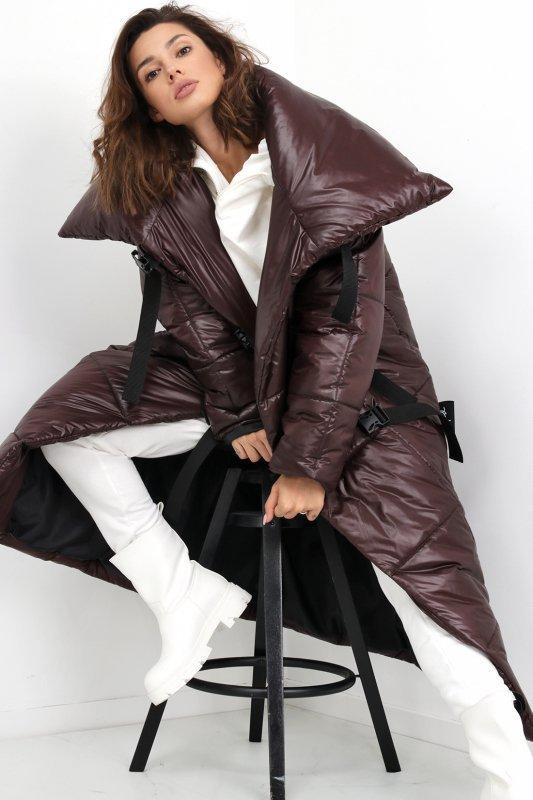 płaszcz z wysokim kołnierzem