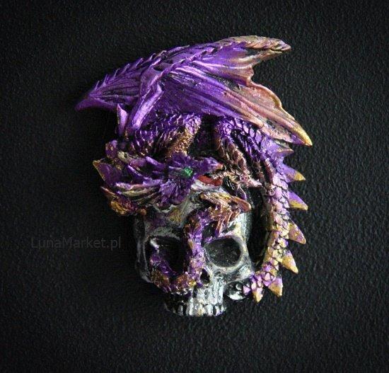 fioletowy smok na srebrnej czaszce - magnes na lodówkę