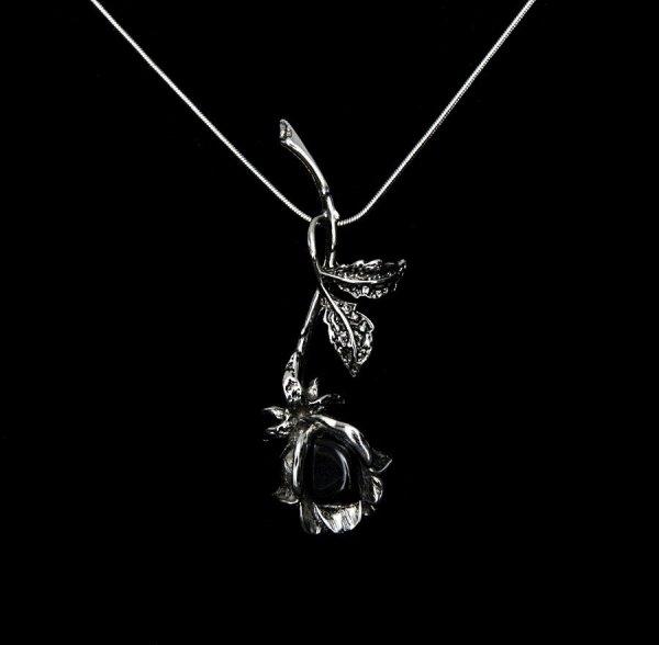 """naszyjnik """"Gałązka Czarnej Róży"""" z naturalnym kamieniem onyksem - wisiorek z różą"""