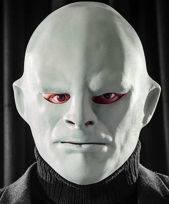 Maska Fantomasa na twarzy animatora