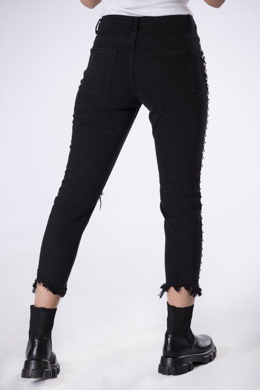 jeansy z dżetami i wystrzępionymi nogawkami