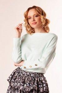 sweter o nietoperzowym kroju z ozdobnymi guzikami przy mankietach