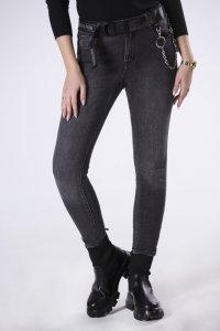 dopasowane jeansy z paskiem i łańcuszkiem