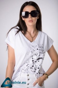 t-shirt z kontrastowym nadrukiem
