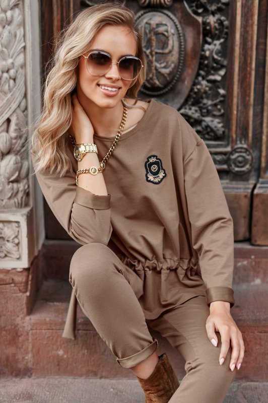 Kobiecy zestaw dresowy ze ściągaczem w talii i aplikacją cappuccino M695