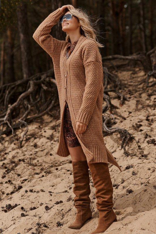 Moherowy sweter damski z przedłużanym tyłem i złotymi guzikami ochra S125
