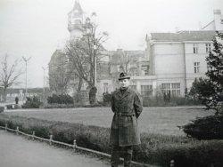 ROK 1960. TOMASZ KRYSTEK PRZED SOPOCKIM MOLO