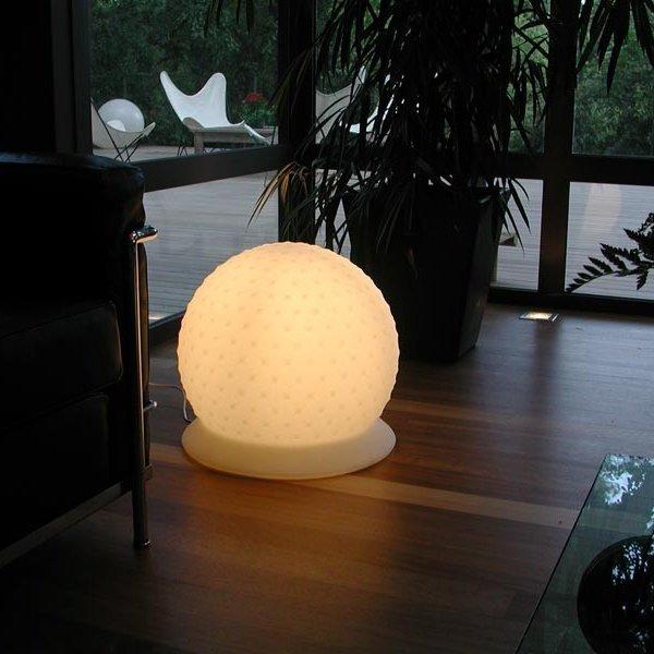 Piękna, prosta lampa Dal jest lekką, trwałą lampą, która może dodać uroku każdemu pomieszczeniu.
