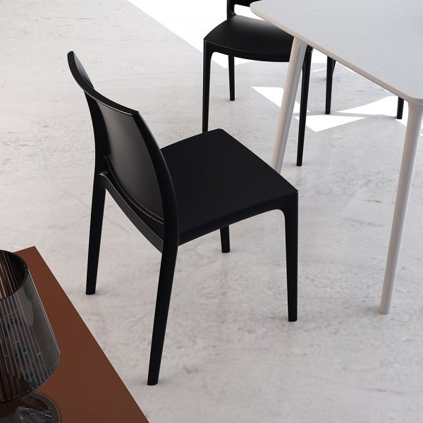 Projektanci opracowali kształt krzesła odpowiedający różnym stylom - współczesny, klasyczny, elegancki. Krzesło idealnie nadaje się do wnętrz prywatnych oraz komercyjnych oraz przestrzeni zewnętrznych