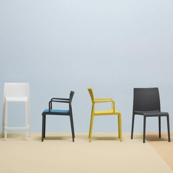 Krzesła Volt to lekkie, minimalistyczne krzesła