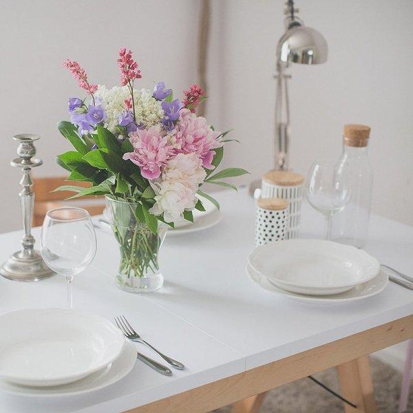 Rozkładany stół Minko Basic ma piękny drewniany stelaż oraz kolorowy blat