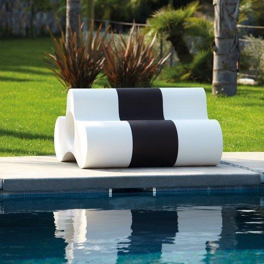 Wheely powstał jako dwuosobowe siedzisko, ale może także, po położeniu na boku, pełnić funkcję stolika lub ławki