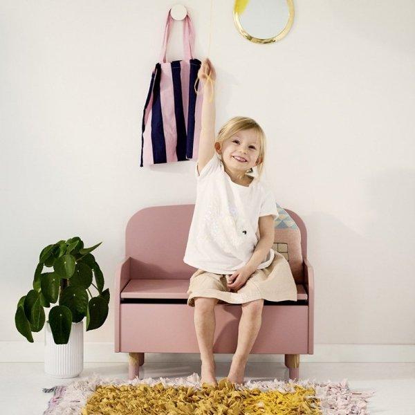 Stylowa kanapa drewniana z skrzynią na zabawki do pokoju dziecięcego