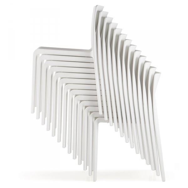 Krzesła Volt 670 Pedrali można sztaplować po 13 sztuk