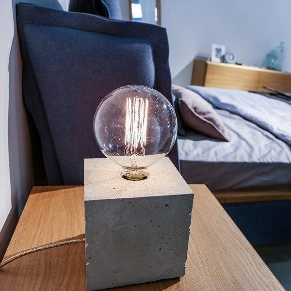 Lampka Edison Cube jest idealną lampką do sypialni