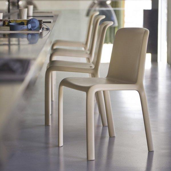 Krzesła Pedrali Snow 300 to idealne krzesła do barów i restauracji