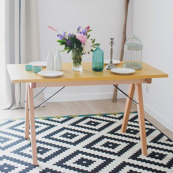 Piękny stół z drewnianym stelażem do skandynawskich wnętrz
