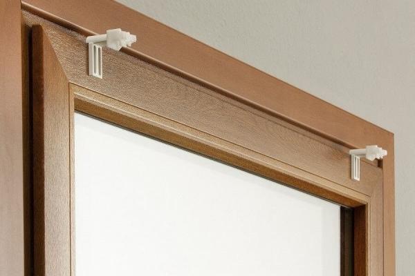 Prawidłowy montaż uchwytów bezinwazyjnych na ramie okna