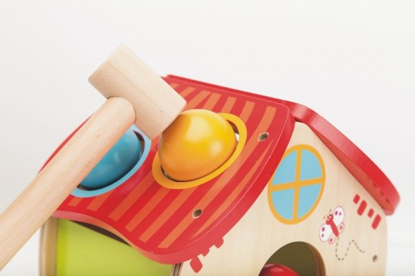 Joueco, drewniany domek z piłeczkami, wbijanka