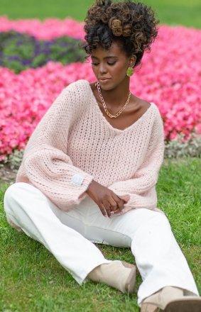 Oversizowy sweter damski pudrowy F1256