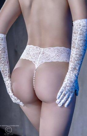 Koronkowe białe majteczki z wibratorem i perłami