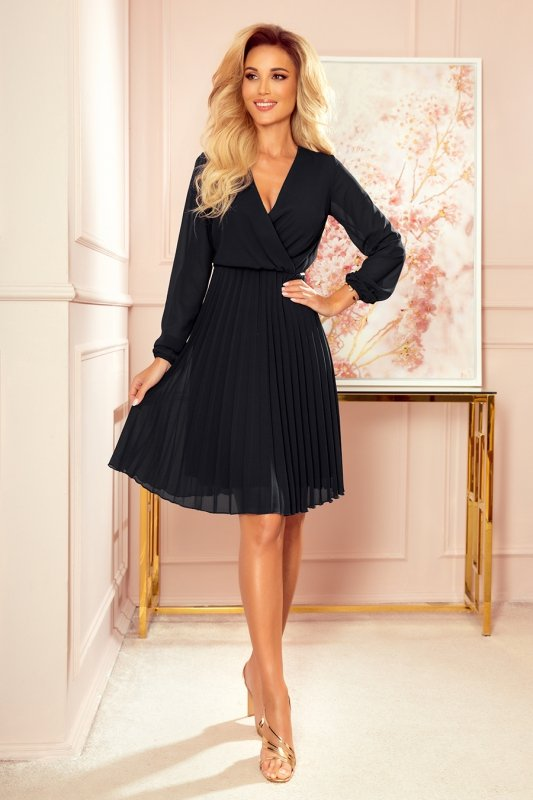 Elegancka czarna sukienka z plisowaniem Numoco 313-7-1