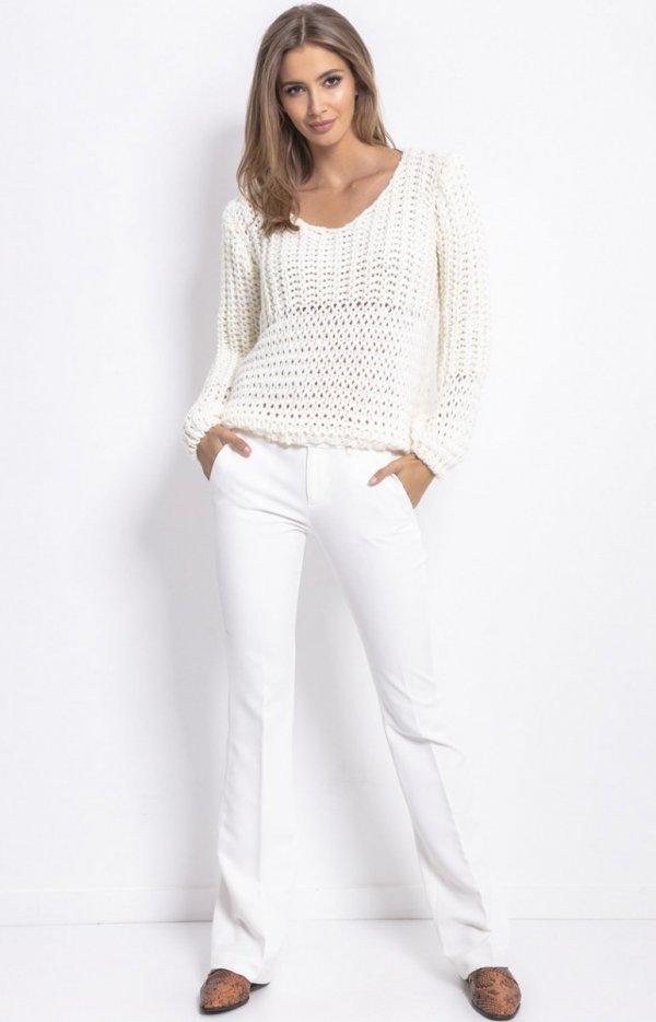 Oversizowy sweter z grubym splotem ecru F760-1