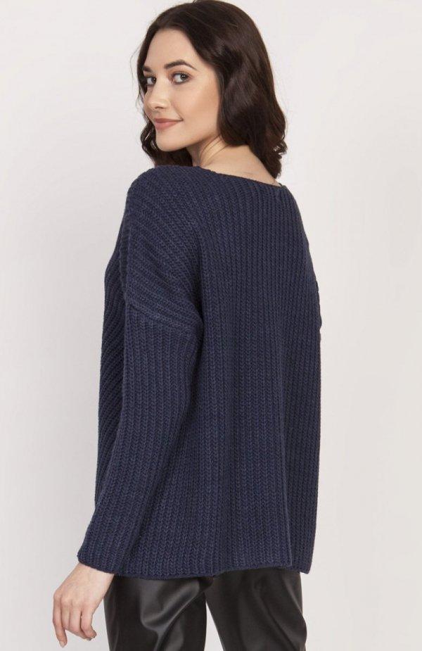Oversize'owy sweter o asymetrycznym kroju granat SWE124 tył