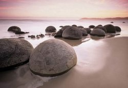 Fototapeta do Salonu - Moeraki Boulders At Oamaru - 366x254cm