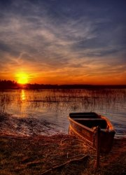 Fototapeta - Łódź na plaży, zachód słońca - 183x254 cm