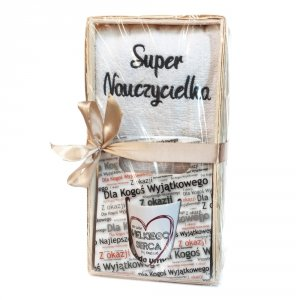 Zestaw prezentowy dla Nauczycielki - Ręcznik Super Nauczycielka + kubek z napisem potrzeba wielkiego serca by nauczać młode umysły