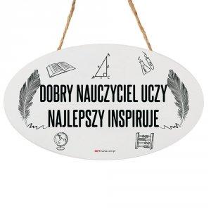 Drewniana tabliczka owal wzbogacona lakierem UV z napisem Dobry nauczyciel uczy, najlepszy inspiruję