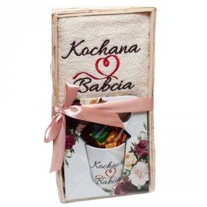 Zestaw prezentowy Dla Kochanej Babci z herbatką kubkiem i ręcznikiem - mix wzorów kubków w zestawie